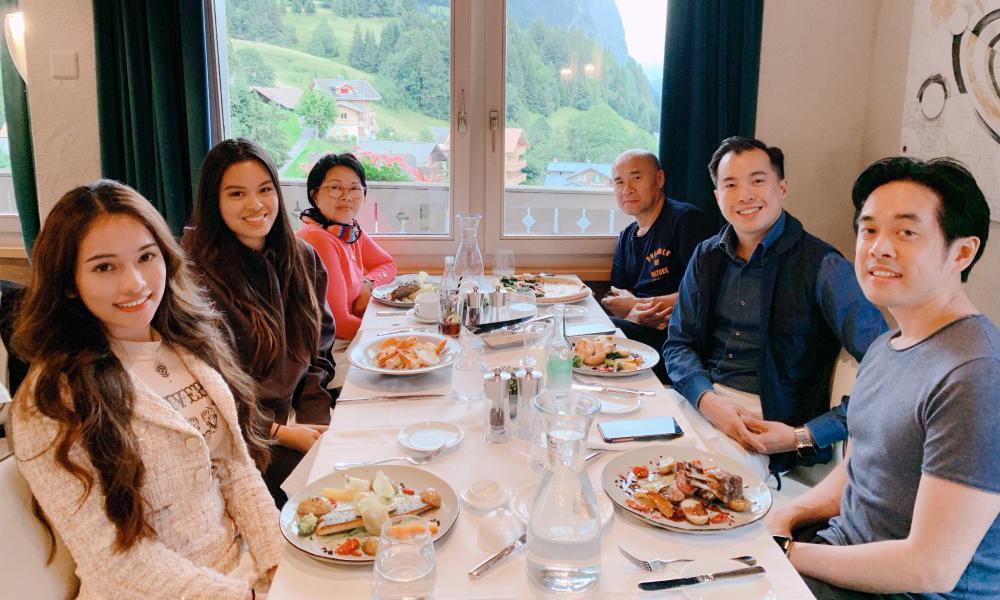 Vợ chồng Dương Khắc Linh bí mật sang Thụy Sĩ mừng sinh nhật cho mẹ
