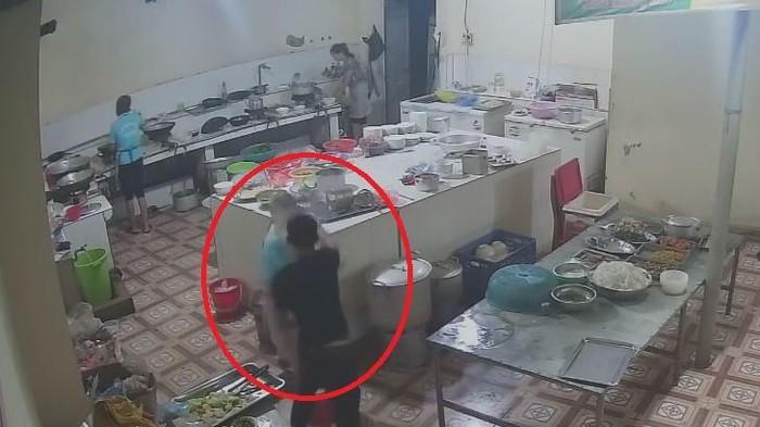 Sốc với clip thanh niên vào tận bếp tạt a xít nữ nhân viên phụ bếp