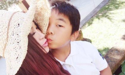 Khoe ảnh hạnh phúc bên con trai nuôi, Ôn Bích Hà gây phản ứng với nụ hôn môi