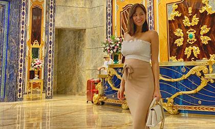 MC Phương Mai bầu 6 tháng vẫn thoải mái đi giày cao gót, diện đầm ôm sát khoe dáng nuột nà