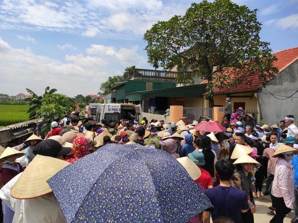 Hàng trăm người dân xã Hồng Hà đến nhà tiễn đưa linh cữu các nạn nhân về nơi an nghỉ.