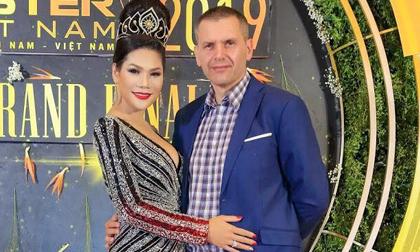Hoa khôi Hương Hoàng được chồng Pháp hộ tống đi ngắm trai đẹp