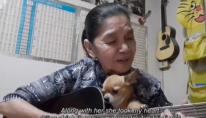 Cụ bà vừa ôm thú cưng vừa đàn hát 'Rhythm Of The Rain' khiến dân mạng trầm trồ