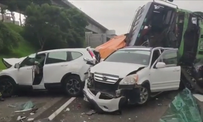 Tai nạn liên hoàn, gần chục chiếc ô tô tông nhau nát bét trên cao tốc