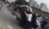 Người dân xúm lại lật xe Camry gặp nạn để cứu tài xế