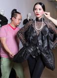 Võ Việt Chung thử đồ cho người mẫu trước khi sang Mỹ dự 'Fashion Week'