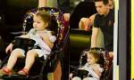 'Công chúa' Harper hí hửng được anh trai đẩy xe đi chơi