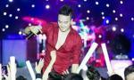 Cao Thái Sơn bị fan cuồng áp sát sân khấu 'cởi áo'
