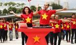 Thúy Khanh, Hồ Quang Hiếu chơi DJ giữa đường phố