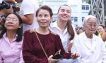 Mẹ Hà Hồ 'tháp tùng' con gái đi từ thiện