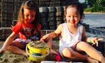 Cặp song sinh nhà Hồng Nhung ngồi nghịch cát cực yêu