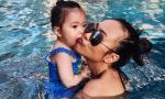 Con gái Đoan Trang cực yêu khi được mẹ đưa đi bơi