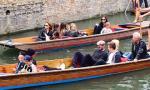 Gia đình Becks gây chú ý khi ngồi thuyền dạo sông