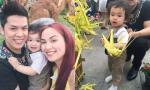 Vợ chồng Diễm Hương dẫn con trai đi du xuân