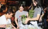 Khánh Thi phát bánh chưng miễn phí giữa Sài Gòn