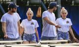 Miley Cyrus và Liam Hemsworth đi ăn trưa cùng bố mẹ