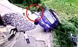 Cú thoát hiểm ngoạn mục của tài xế khi xe tải lao xuống vực