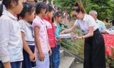 Hoa hậu Bùi Thị Hà giản dị tặng sách và quà từ thiện cho học sinh vùng dân tộc nghèo Mường Lát