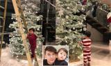 Bố vắng nhà, con trai Đan Trường giúp mẹ trang trí cây thông Noel trong biệt thự triệu đô