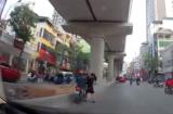 Clip: Người phụ nữ bế theo trẻ nhỏ đi bộ sang đường bị xe máy tông trực diện