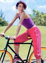 Trang Khàn khoe vẻ đẹp căng tràn sức sống khi đạp xe thể dục