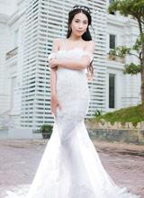 Người mẫu Lan Thanh diện váy cưới khoe vai trần e ấp