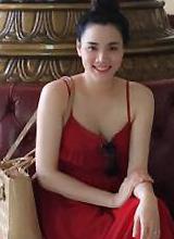 Bà bầu Trang Nhung khoe da trắng ngần ở biển Vũng Tàu