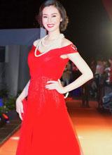 Khánh My đẹp như nữ thần trong sắc đỏ