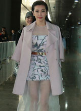 Lý Băng Băng diện váy voan mỏng khoe chân trần giữa trời đông