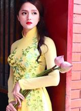 Hương Giang Idol e ấp áo dài đi chùa cùng bạn nhảy