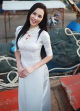 Lệ Quyên đẹp rạng ngời với áo dài trắng ở quê nhà