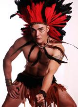 Nhiếp ảnh gia Dũng Lê hóa thân gợi cảm thành thổ dân da đỏ