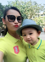 Lã Thanh Huyền và con trai sành điệu thời trang áo đôi