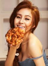 Bà Tưng khoe nhan sắc ngọt ngào