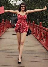 'Gái quê' Lê Phương mặc ngắn cũn cỡn tạo dáng giữa cầu Thê Húc