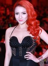 Thủy Top khác lạ với tóc đỏ và váy nạm đinh