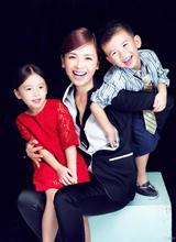 Lưu Đào tươi trẻ bên hai con