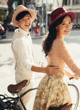 Huỳnh Anh lãng mạn xuống phố cùng bạn gái