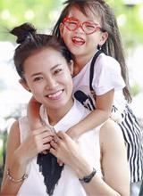 Nữ diễn viên 'Hôn nhân trong ngõ hẹp' xinh tươi bên con gái