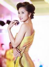 Triệu Thị Hà mặc áo dài lạ mắt làm vedette
