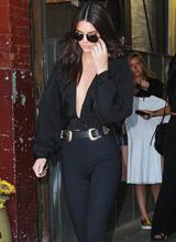 Em gái Kim diện áo xẻ táo bạo và quần bó phản cảm trên phố
