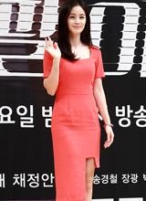 Kim Tae Hee thu hút mọi ánh nhìn với váy thiết kế lạ mắt