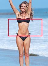 Siêu mẫu Playboy tung tăng trên biển lộ thân hình gầy trơ xương