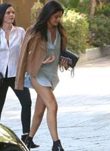 Selena Gomez khoe chân gợi cảm với mốt 'giấu quần'