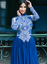 Hoa hậu Sonya Sương Đặng đẹp như thiếu nữ bên thềm nhà