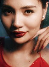 Hương Giang đẹp quý phái khi diện váy đỏ rực