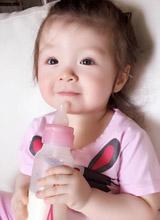 Cadie tập uống sữa một mình không cần mẹ Elly giúp