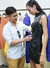 Chồng Việt kiều ân cần chỉnh trang phục cho Lê Thúy
