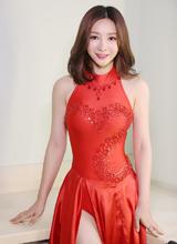 'Gái hư' Liễu Nham nổi bật với váy đỏ khoe lưng trần