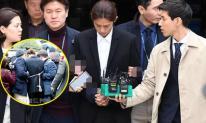 Hình ảnh 'chạm đáy nhục nhã' của Jung Joon Young khi bị trói, còng tay áp giải đến phòng giam tại đồn cảnh sát để chờ lệnh bắt